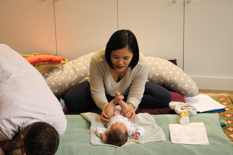 Des mamans heureuses de faire du yoga avec bébé pendant cette période covid